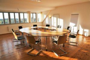 Saal mit Konferenztischen